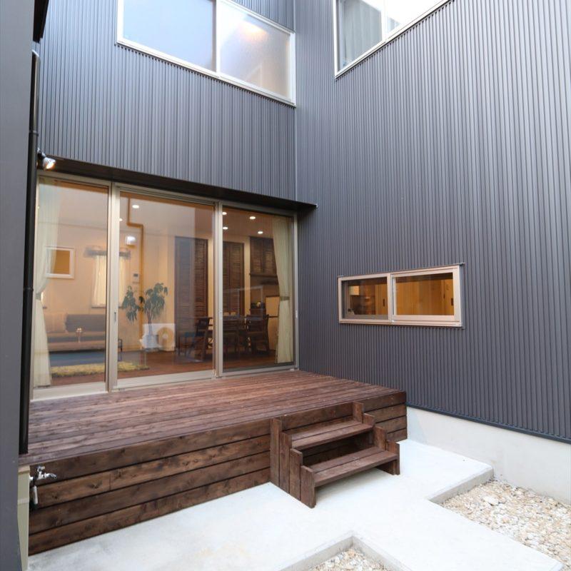 ウッドデッキを囲む五層構造の家