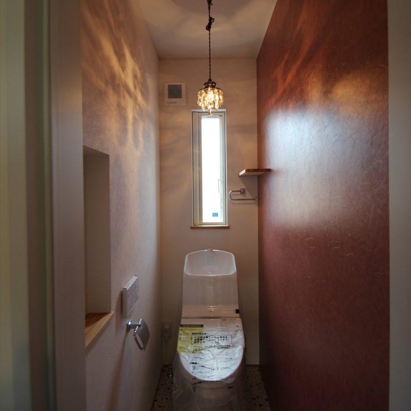 箱から光が降り注ぐ家