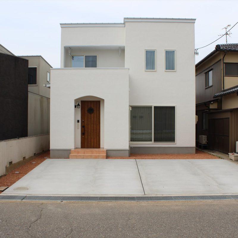 真っ白な漆喰に包まれた、箱型の家