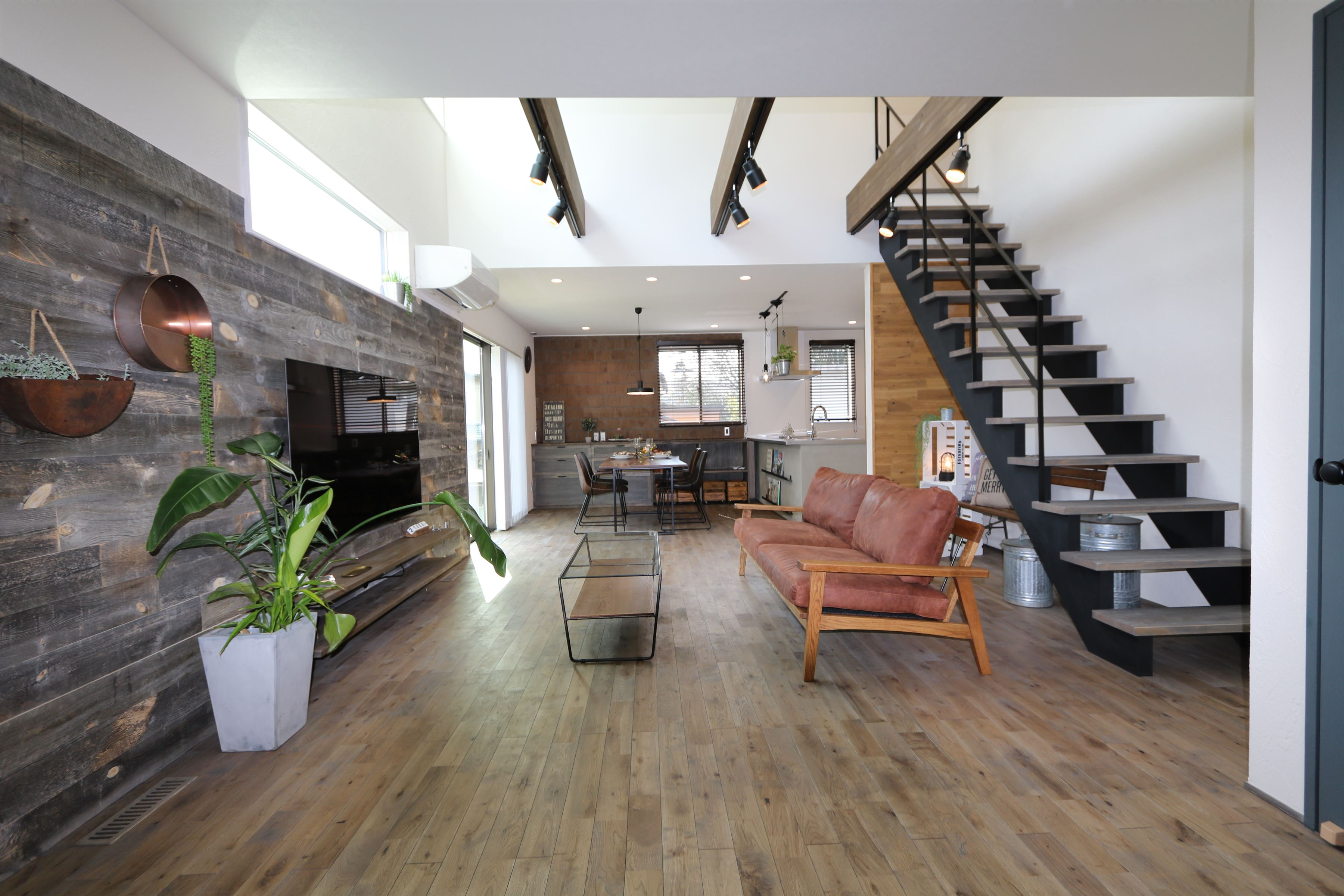 ヴィンテージウッドでかっこいい!アメリカンテイストの家|石川県金沢市の注文住宅・デザイン性・新築の家・戸建て|E-HOUSE